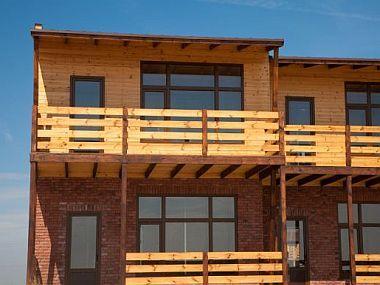 Dřevěné obklady domu sluší