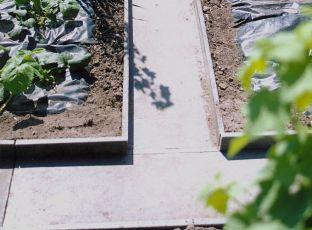 Logo Plast oddělí záhony aumožní chůzi pozahradě