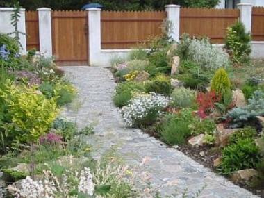 Ozdobte svou zahradu trvalkovým záhonem nebo skalkou