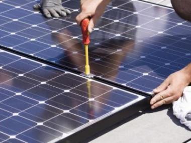 Budeme platit vysoké pokuty za instalace solárů svépomocí?