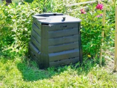 Kompostéry ukryjí nevzhledný kompost
