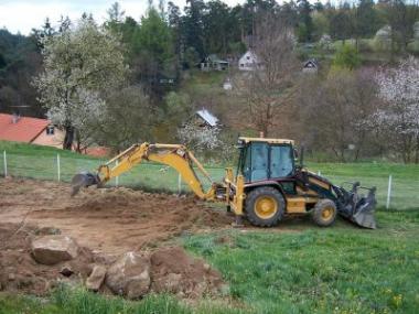 Logo Nový dům inová zahrada začínají zemními pracemi