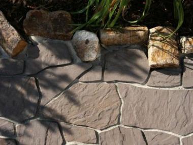 Betonová dlažba může vypadat jako kamenná