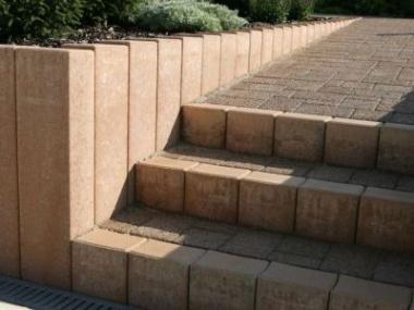 Logo Zámkovou dlažbou betonová zahradní architektura teprve začíná
