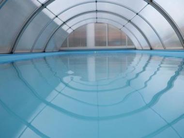 Polykarbonát – univerzální řešení pro zastřešení bazénů