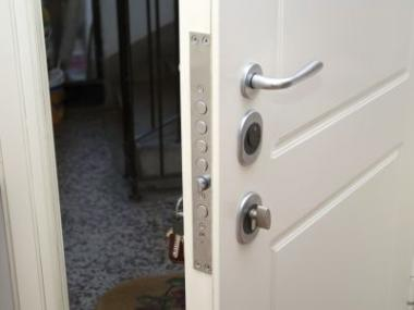 Logo 9tipů, jak vybrat bezpečnostní dveře