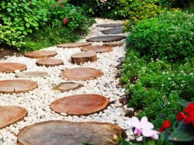 Z čeho vybudovat na zahradě cesty a pěšiny?