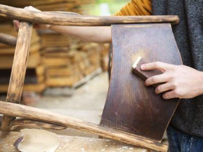 Jak obnovit povrchy starého dřevěného nábytku