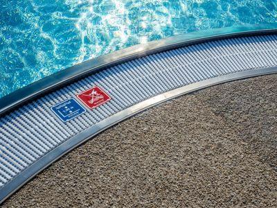 Logo Krásné afunkční venkovní plochy kolem bazénů