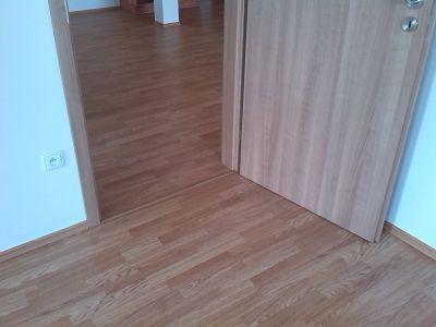 Slaďte podlahu se dveřmi a instalujte zároveň