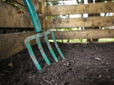 Jaký postavit či koupit kompostér