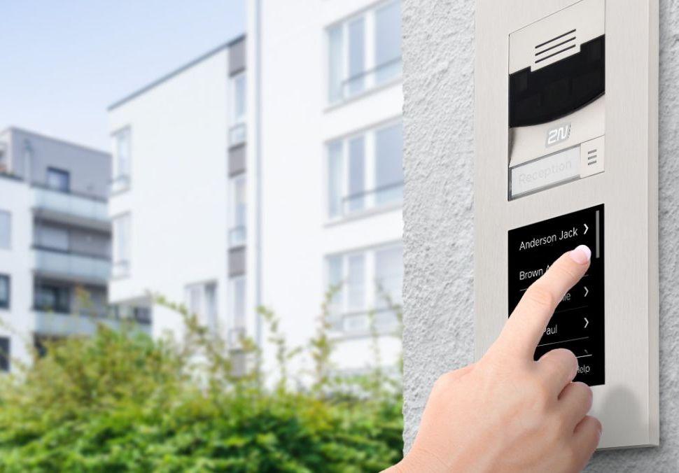Logo Průzkum říká, žena prvním místě je při výběru bytu cena