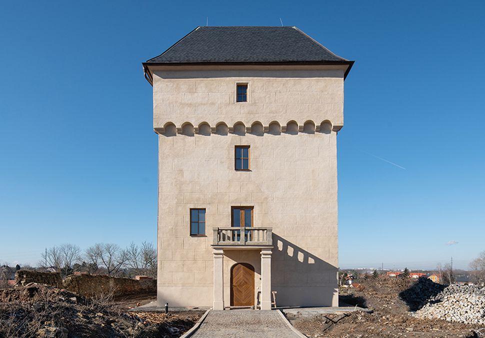 Logo Historická tvrz vNových Královicích se dočkala rekonstrukce avyvolala izvýšený zájem obydlení