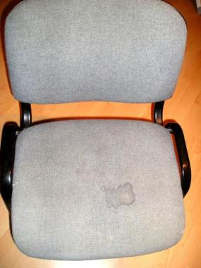 Skvrna od kávy na židli.