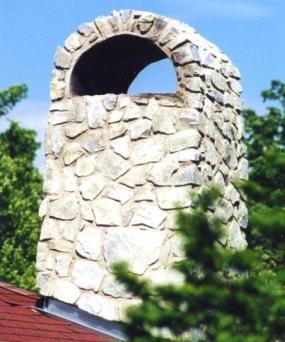 Komín z přírodního kamene.