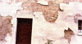 Specifický problém dožilých omítek na starších stavbách.