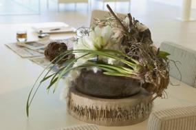 Ohromující aranžmá vytvářejí orchidej Cymbidium, banksie a bílé květy hvězdníku.