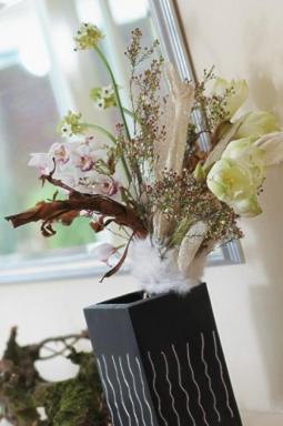 Jemnější tvář zimy se zrcadlí v kytici z orchidejí Cymbidium, snědků a hvězdníků.