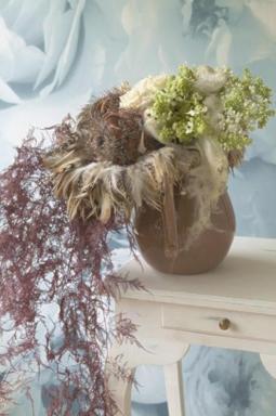 Tato robustní kytice obsahuje bílé růže, šeřík  a snědek.