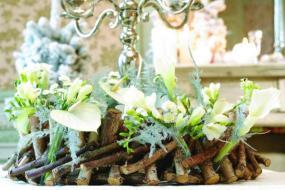Velmi netradičně vypadá tento věnec z větviček, frézií, toulitek, kal a chryzantém.