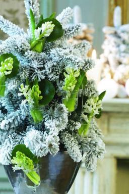 Květinami můžeme ozdobit i vánoční stromek!