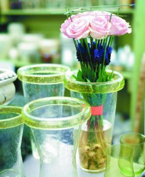 Foto Holandská květinářská kancelář. Smyslná, netradiční kytice z růží a modřenců.