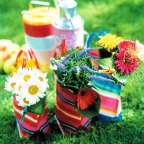 Ozdobte pestrobarevné látkové tašky květinami.