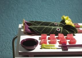 Závitky Anthurium jsou naplněné kalami a karafiáty na porci sashimi s tuňákem.