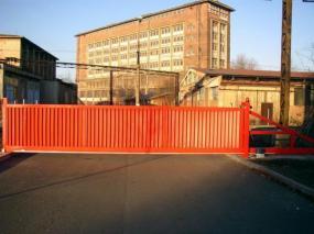 Foto Vratové systémy Mareš s.r.o. Samonosná posuvná brána, průmyslové využití.