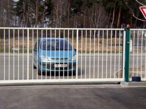 Foto Vratové systémy Mareš s.r.o. Brána posuvná po kolejnici do boku.