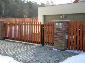 Foto Vratové systémy Mareš s.r.o. Dvoukřídlová brána s brankou.