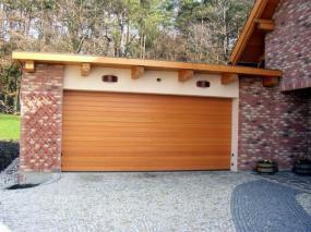 Foto Vratové systémy Mareš s.r.o. Sekční garážová vrata s designem vlisu dřeva (woodgrain).