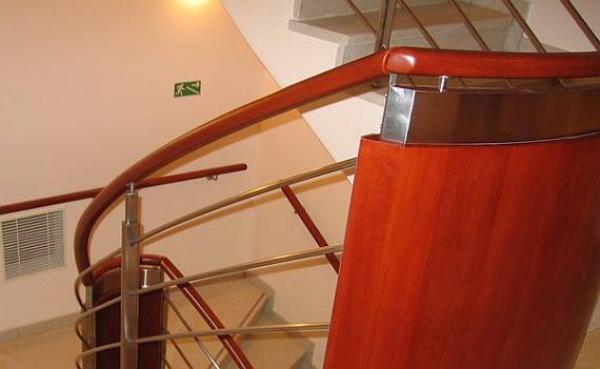 Pomocí ohýbacího dřeva lze docílit tvaru, který dokonale kopíruje tvar zábradlí. © Bego s.r.o.
