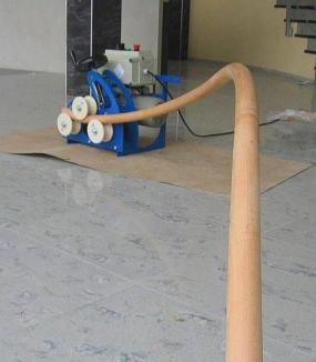 Ohýbání dřeva probíhá přímo na místě realizace pomocí ohýbačky. © Bego s.r.o.