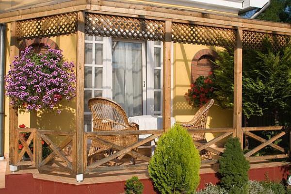 Ilustrační foto (www.shutterstock.com), složitě členěná francouzská okna + dveře na terasu