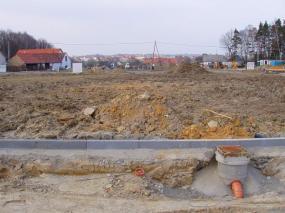Ilustrační foto: ČESKÉSTAVBY.cz, parcela před hloubením základových spár