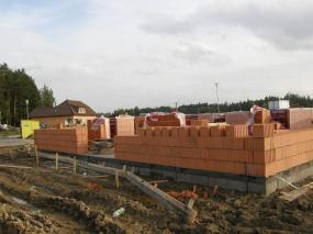 Ilustrační foto: ČESKÉSTAVBY.cz, ve fázi výstavby zdiva má novostavba ochranu proti radonu vyřešenu