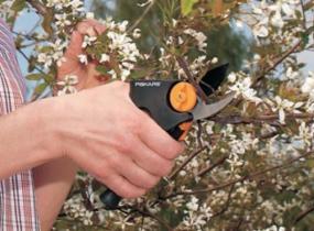 Zahradní nůžky převodové (www.fiskars.com)
