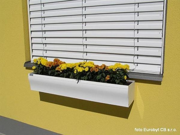 Foto: EUROBYT CB, venkovní žaluzie a květinový truhlík