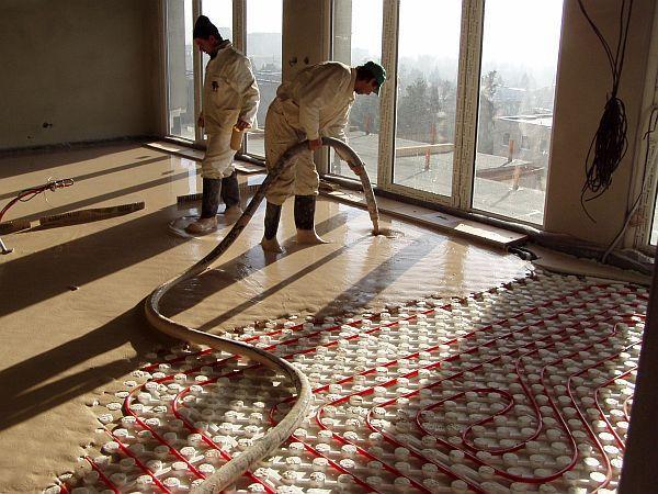 Foto: Českomoravský beton, ANHYMENT® lití na systémové desky s podlahovým vytápěním v RD