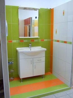 Foto: www.stepanek-koupelny.cz, Obklad Orotava, decentní odstíny v kontrastu s velmi pestrými pruhy