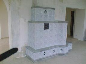 Foto: www.rynda.cz, Teplovzdušná pokojová kamna s přikládáním z chodby