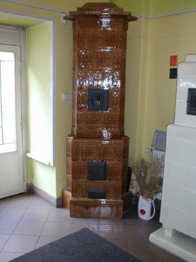Foto: www.rynda.cz, Historická kachlová pokojová kamna, glazura světle hnědá výrobce Prager