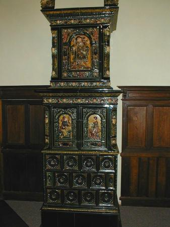 Foto: www.rynda.cz, Renovovaná historická kachlová pokojová kamna na zámku Mostov