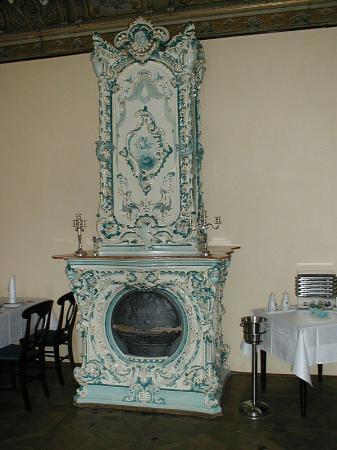 Foto: www.rynda.cz, Renovovaná historická kachlová kamna na zámku Mostov