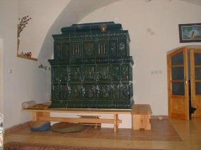 Foto: www.rynda.cz, Barokní kachlová pokojová kamna s topením z chodby