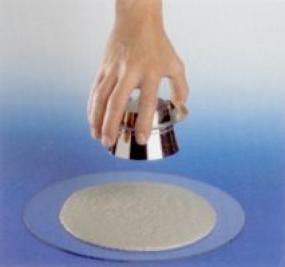 Foto: TOPNEM, stanovení míry rozlití pomocí Hägermannova trychtýře a skleněné desky