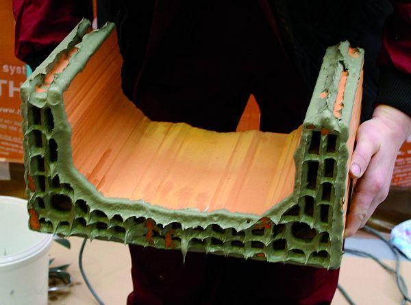 Komínové tvarovky se namáčejí do lepící malty