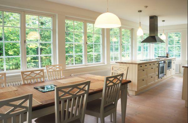 Ilustrační foto (www.shutterstock.com), osvětlení jídelního stolu a pracovní kuchyňské zóny