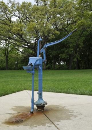 Ilustrační foto (www.shutterstock.com), stará ruční pumpa kopané studny